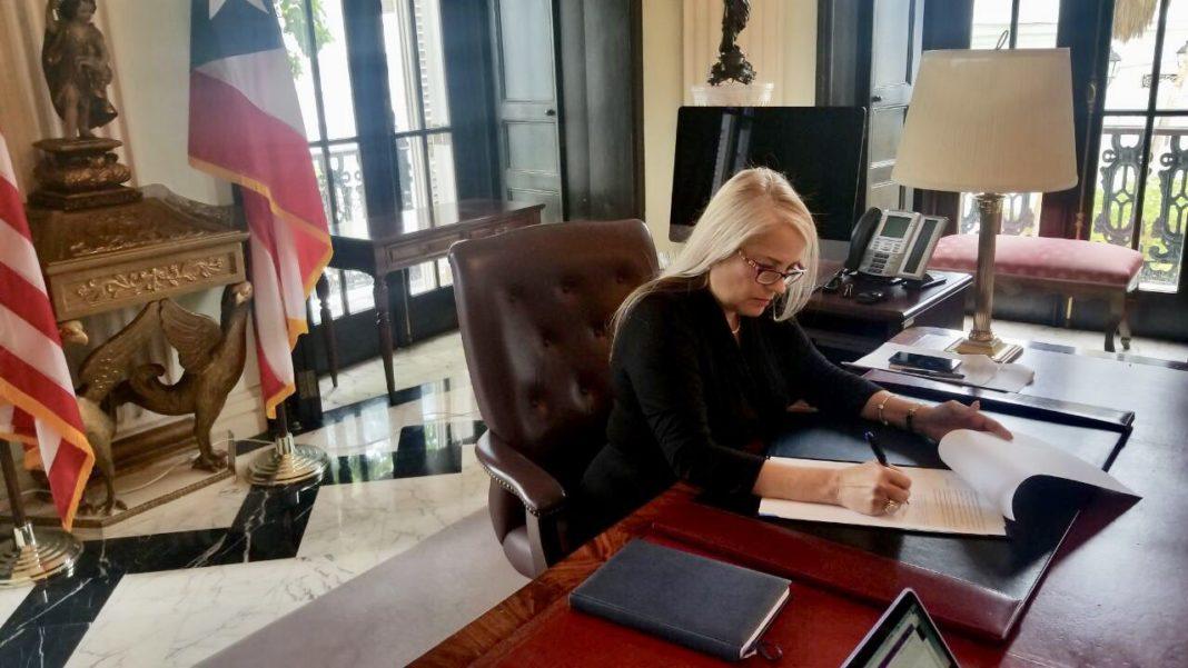 Gobernadora convierte en Ley un Paquete de Estímulo a los Comerciantes